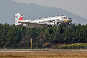 DC-3 пассажирский самолет - 05813 Trumpeter 1:48